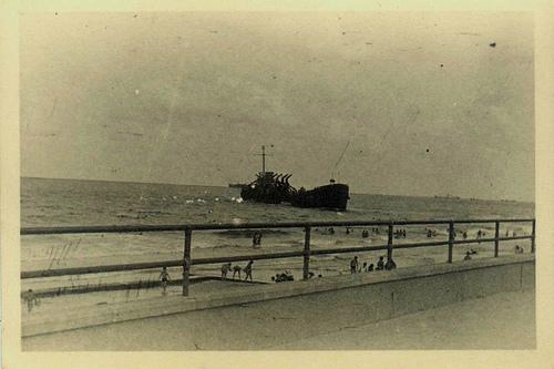 הספינה אלטלנה בסמוך לטיילת על חוף הים בתל אביב