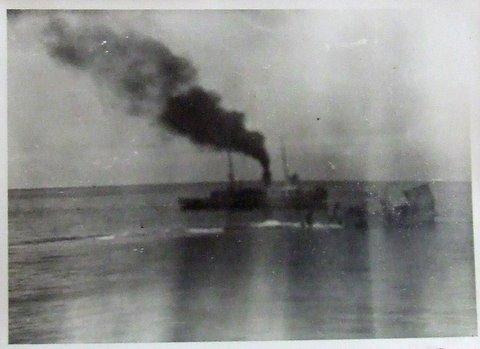 התמונה האחרונה של הספינה אלטלנה מעל פני המים. בתמונה זאת ניתן לראות את היירכתיים של הספינה אלטלנה רגע קט לפני שנעלמו מתחת לפני הים בנקודה המדוייקת בה נמצאת הספינה כיום על קרקעית הים.