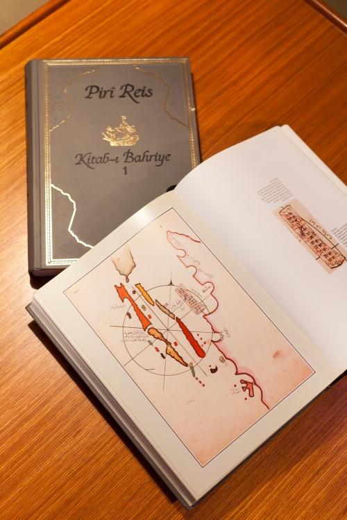 """דף מתוך הספר """"כתאב אל בחארייה"""" מאת פיירי רייס - PIRI REIS BOOK - צילום כפיר חרבי"""