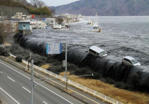 קו החוף ביפן בתמונה שצולמה ברגע פגיעת גל הצונאמי ששטף את המדינה