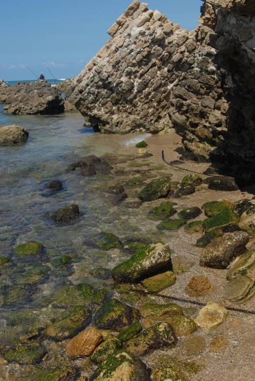 אפולוניה ארסוף שרידי המבצר אשר התמוטטו ברבות השנים לתוך רצועת החוף התחתונה - מבט לכיוון צפון