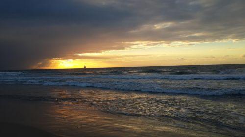 החוף הדרומי בהרצליה  עשירי בדצמבר 2013 סערת הקסים באופק. צילום:  יפתח קוזיק