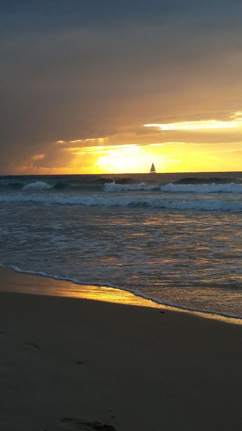 """החוף הדרומי בהרצליה  עשירי בדצמבר 2013 ענני סערת ה - """"קסים"""" באופק. צילום:  יפתח קוזיק"""