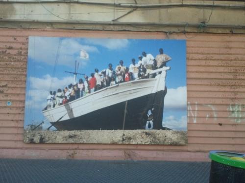 """מבקשי מקלט סודנים ואריתראים עומדים על סיפון ספינת האנדרטה """"יד למעפיל האלמוני"""" אשר בצומת הסירה בהרצליה"""