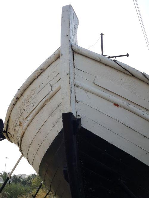 """אנדרטת """"יד למעפיל האלמוני"""" צומת הסירה הרצליה. חרטום הסירה אשר ניצבת כיום במקום, ספינת מחבלים שהוחרמה ע""""י חיל הים. נרכשה ביוזמת עיריית הרצליה והועברה למיקומה הנוכחי מבסיס חיל הים בנמל אשדוד. - צילום: יפתח קוזיק"""