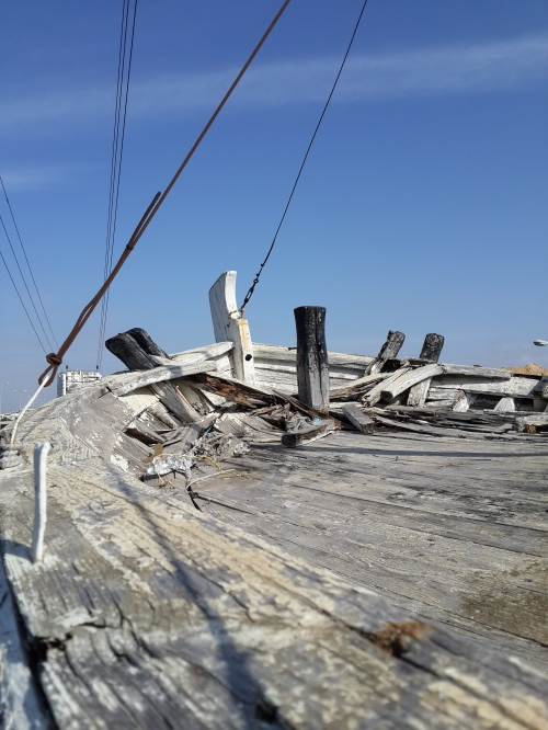 אנדרטת יד למעפיל האלמוני צומת הסירה הרצליה הסירה הנוכחית נרקבת ואט אט תתפורר כפי שהתפוררה הספינה הראשונה שהוצבה במקום