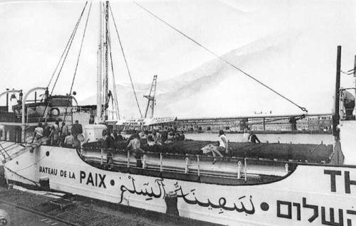 לאחר צביעת הסירה בלבן בניו יורק נכתב על דופן הספינה שמה בארבע שפות עברית ערבית ואנגלית וצרפתית, ספינת השלום