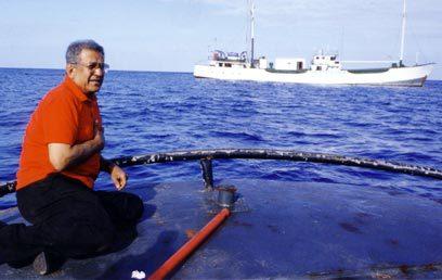 אייבי נתן על ירכתי גוררת זוהרה בעת הטבעת ספינת קול השלום.