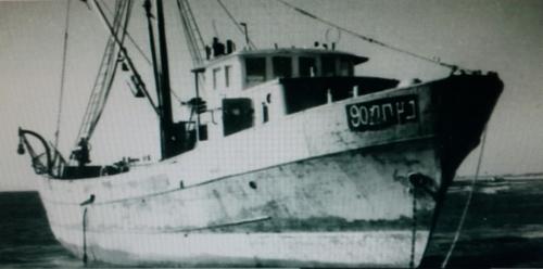 ספינת הדייג נץ בשלמותה על חוף הבונים, על חרטומה ניתן להבחין בשמה:  נץ תמ 90