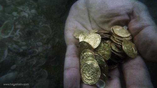 מטמון מטבעות הזהב הגדול בישראל נתגלה בנמל קיסריה בסערת החורף האחרונה.