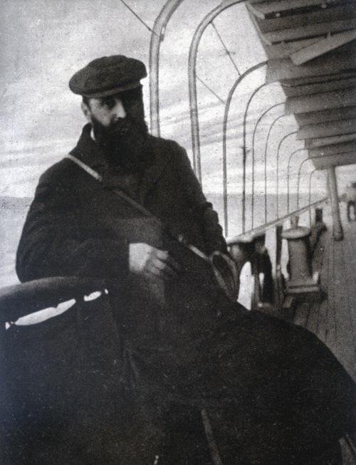 """הרצל על סיפון אוניה בדרכו לביקור (אמיתי) בארץ ישראל. להזכיר, """"הספינה פטורא"""" ספינה דמיונית בהחלט, מעולם לא שטה לשום מקום אלא בין דפי הספר אלטנוילנד."""